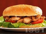 Рецепта Сандвич / хамбургер с пържени пилешки бон филенца, салата айсберг, домати и лук